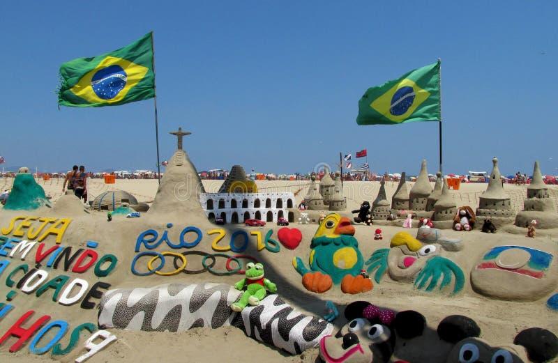 Piasek rzeźba w Rio De Janeiro z brazylijczyk flaga obraz royalty free