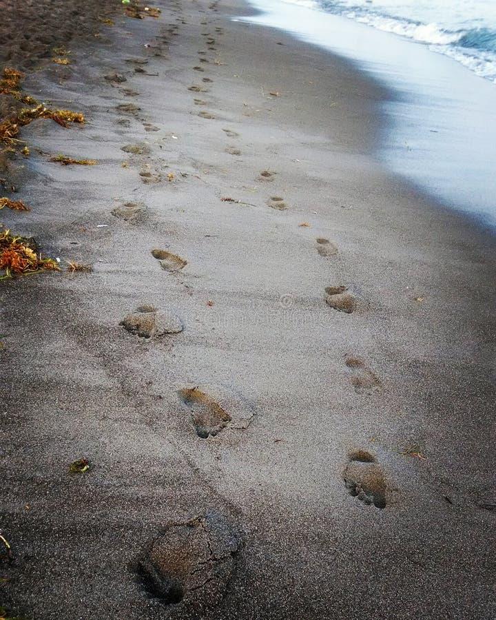 Piasek stopy druki przy plażą obrazy royalty free