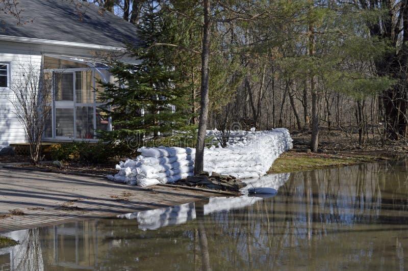Piasek torby ściana otacza dom w lesie zdjęcie royalty free