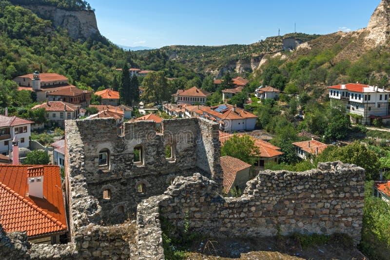 Piasków ostrosłupy, ruiny Średniowieczny forteca i panorama miasteczko Melnik, Bułgaria fotografia stock