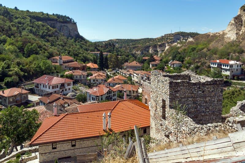 Piasków ostrosłupy, ruiny Średniowieczny forteca i panorama miasteczko Melnik, Bułgaria zdjęcia royalty free