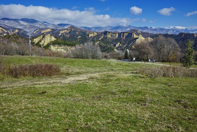 Piasków ostrosłupy zbliżają wioskę Rozhen, Bułgaria fotografia stock