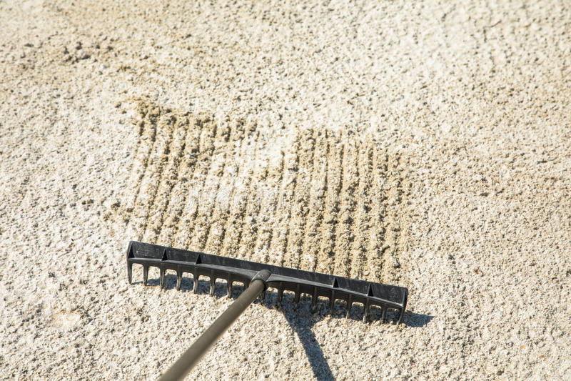 Piaska świntuch w golfowym oklepu, grabije piasek obraz royalty free