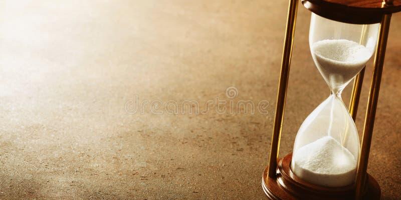 Piaska bieg przez hourglass Czasu pastucha pojęcie obrazy royalty free
