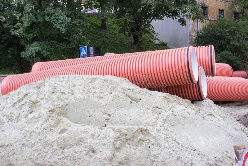 Piaska i ścieku drymby, wielkie kanalizacyjne drymby na piasku kłamają w mieście fotografia stock