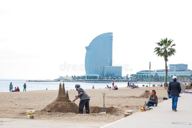 Piaska rzeźbiarz pracuje przy losu angeles Barceloneta plażą w Barcelona Hiszpania zdjęcie stock