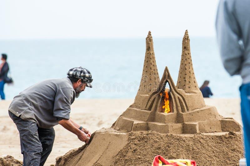 Piaska rzeźbiarz pracuje przy losu angeles Barceloneta plażą w Barcelona Hiszpania fotografia stock