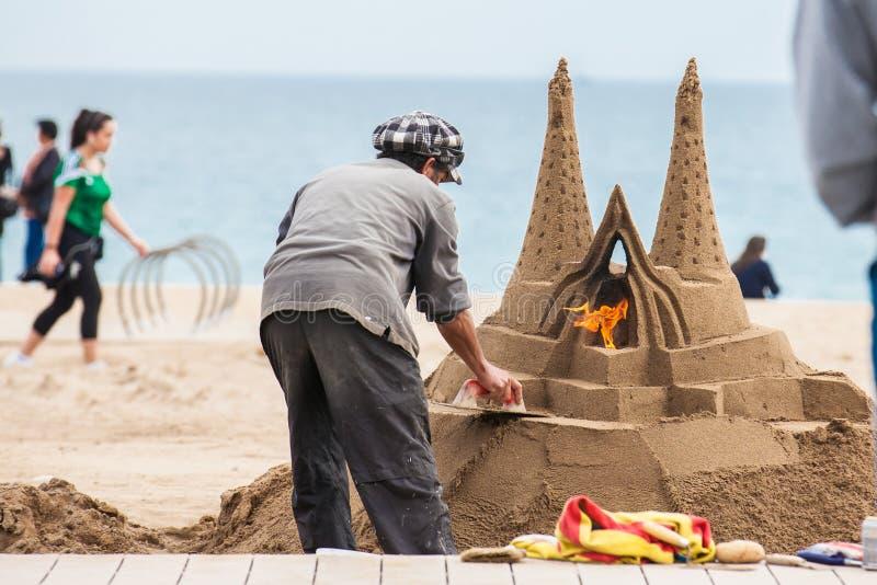 Piaska rzeźbiarz pracuje przy losu angeles Barceloneta plażą w Barcelona Hiszpania zdjęcia royalty free