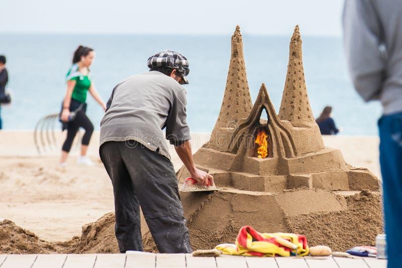 Piaska rzeźbiarz pracuje przy losu angeles Barceloneta plażą w Barcelona Hiszpania zdjęcie royalty free