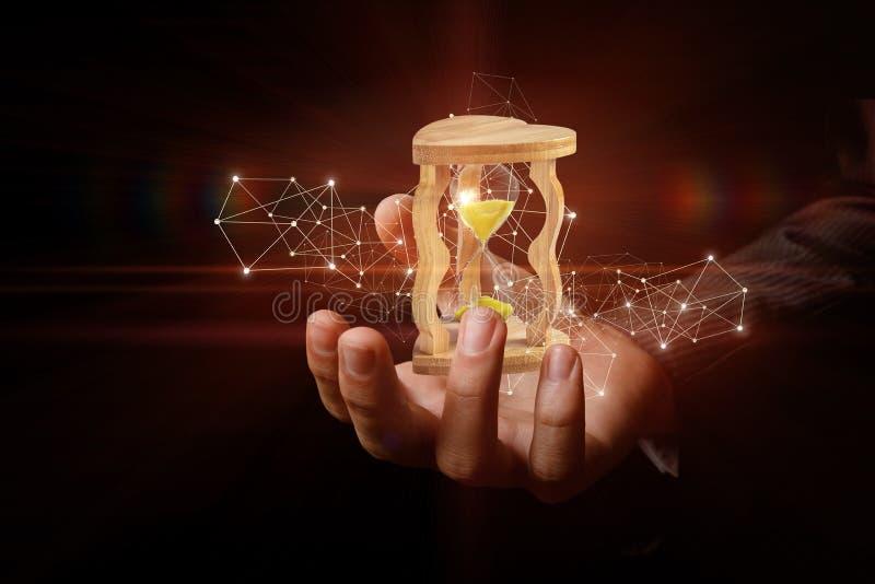 Piaska zegarek stoi wśrodku biznesmena ręki otaczającej bezprzewodowymi cyfrowymi związkami obrazy royalty free