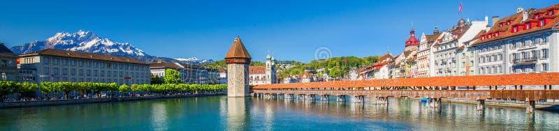 Piaskowata plaża blisko Historycznego centrum miasta lucerna z sławną kaplicy Bridżową i jeziorną lucerną Vierwaldstatters fotografia stock