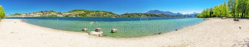 Piaskowata plaża blisko Historycznego centrum miasta lucerna z sławną kaplicy Bridżową i jeziorną lucerną Vierwaldstatters zdjęcia royalty free
