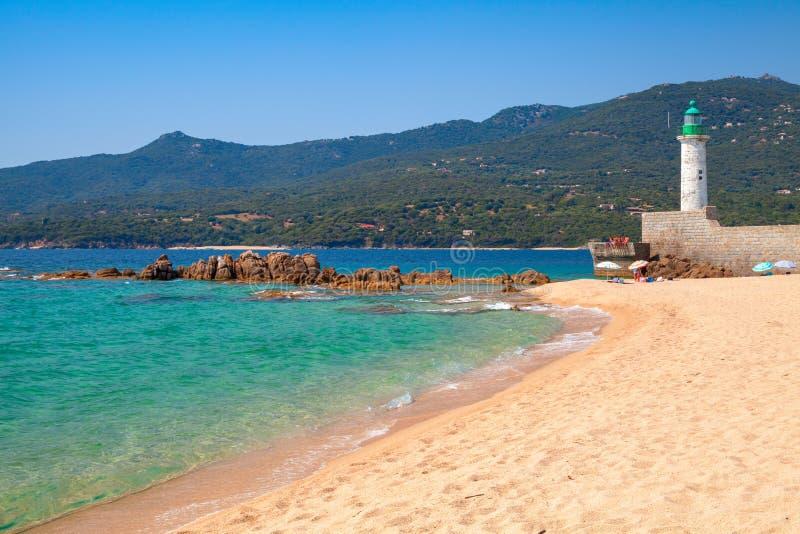Piaskowata plaża i latarnia morska, Propriano, Corsica zdjęcia stock