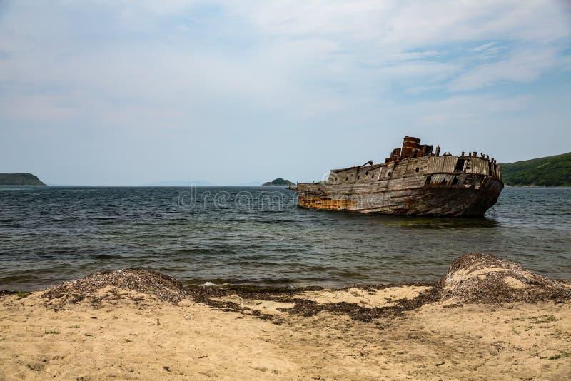 Piaskowata plaża i resztki zapadnięty statek w Japońskim morzu obraz royalty free