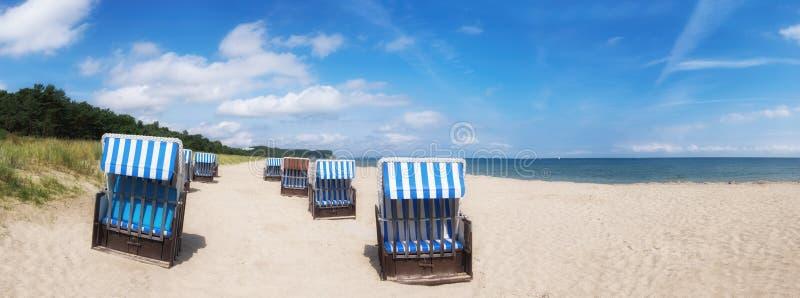 Piaskowata plaża i tradycyjni drewniani plażowi krzesła na Rugen, niemiec obraz stock