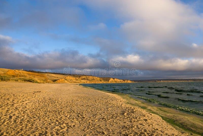 Piaskowata plaża w jesieni fotografia stock
