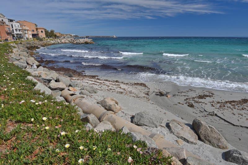Piaskowata plaża w Korsykańskim miasteczku l ` Iles-Rousse zdjęcia stock