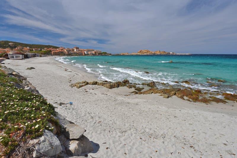 Piaskowata plaża w Korsykańskim miasteczku l ` Iles-Rousse zdjęcie royalty free