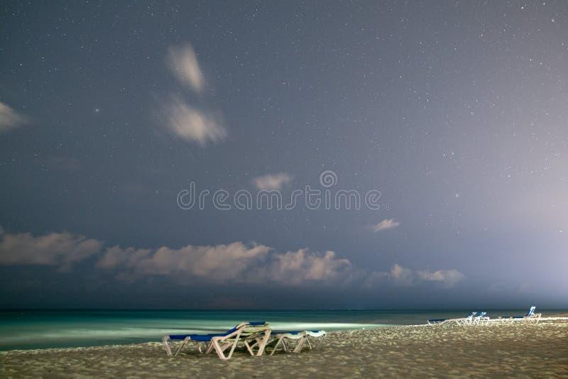 Piaskowata plaża w tle gwiaździsty nocne niebo obrazy stock