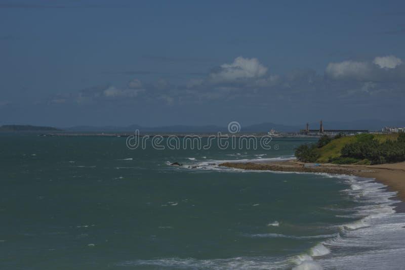Piaskowata plaża z delikatnymi dennymi falami obrazy royalty free
