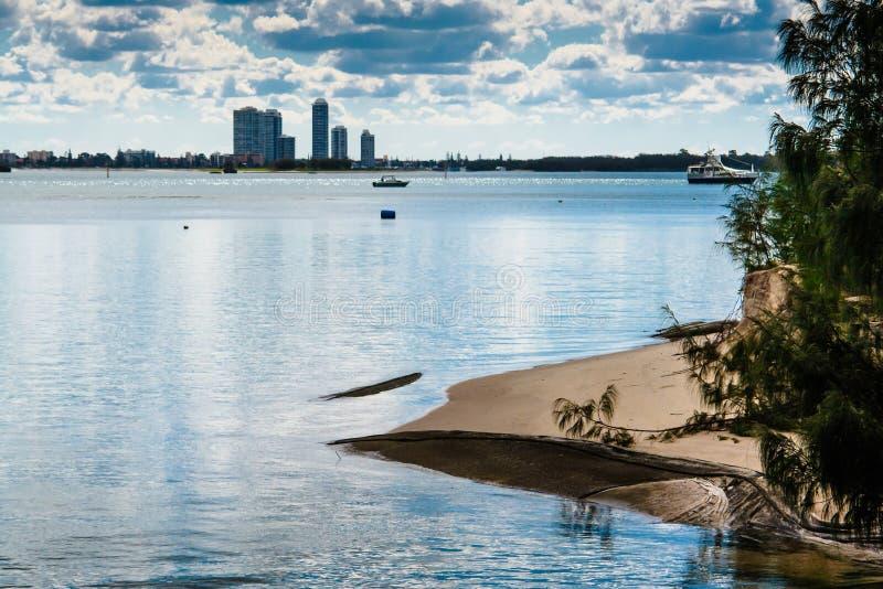 Download Piaskowata Plaża I Miasto Sylwetka Zdjęcie Stock - Obraz złożonej z wakacje, idylliczny: 53786448