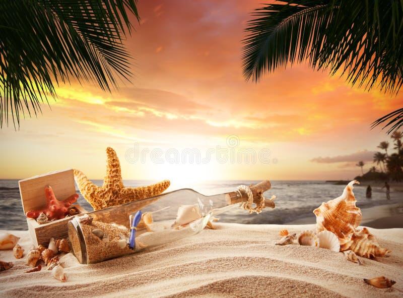 Piaskowata tropikalna plaża z butelką i rozgwiazdą zdjęcie royalty free