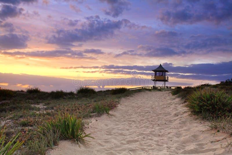 Piaskowatej plaży ścieżka, wschód słońca zdjęcie stock