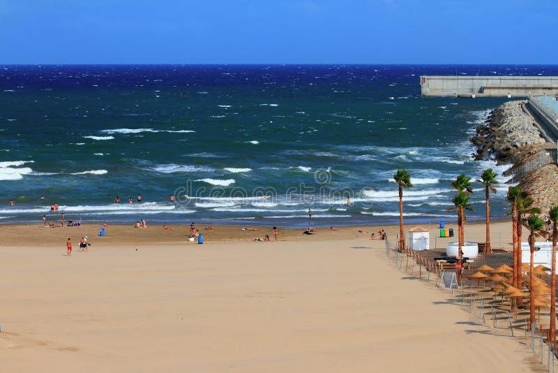 Piaskowatej plaży i szaleć morze spain Valencia zdjęcie stock