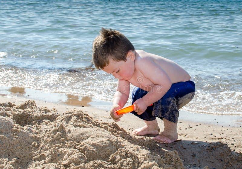 Piaskowaty berbecia głębienie przy plażą zdjęcie stock