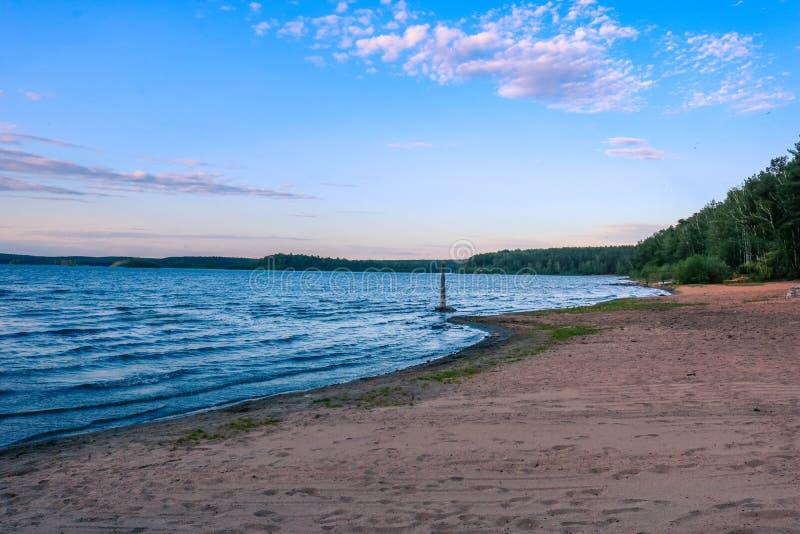 Piaskowaty brzeg jeziora pod błękitnym lata niebem Wschodni - europejczyka krajobraz obraz royalty free