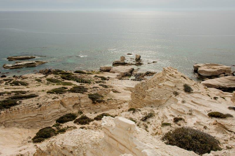 Piaskowaty i skalisty denny wybrze?e w Cypr zdjęcia stock