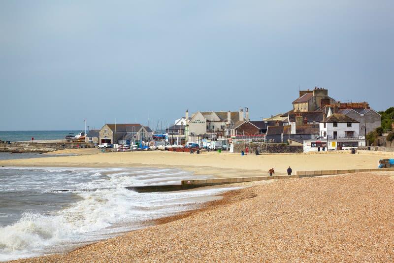 Piaskowaty wybrzeże przy Cobb schronieniem Lyme regis Zachodni Dorset england zdjęcia royalty free