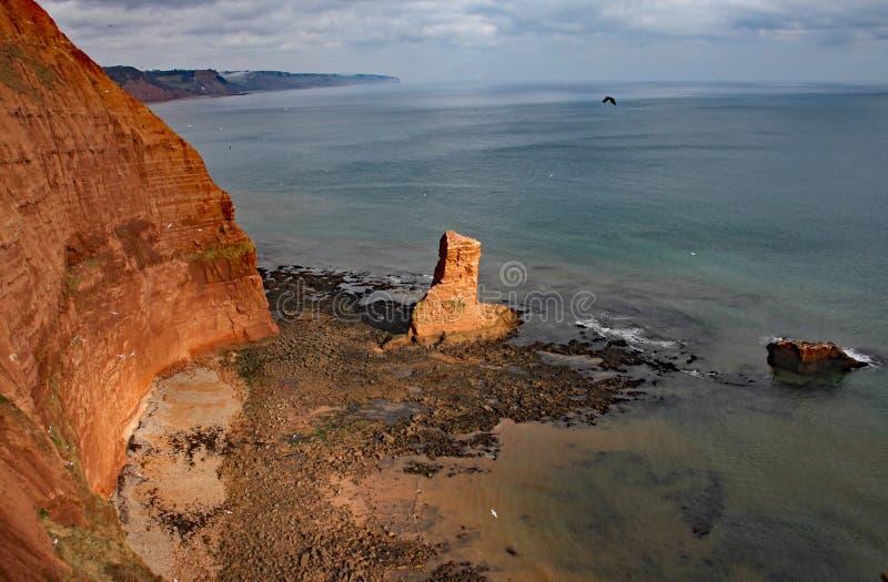 Piaskowcowa denna sterta przy Ladram zatoką blisko Sidmouth, Devon Część południowa zachodnia nabrzeżna ścieżka fotografia royalty free