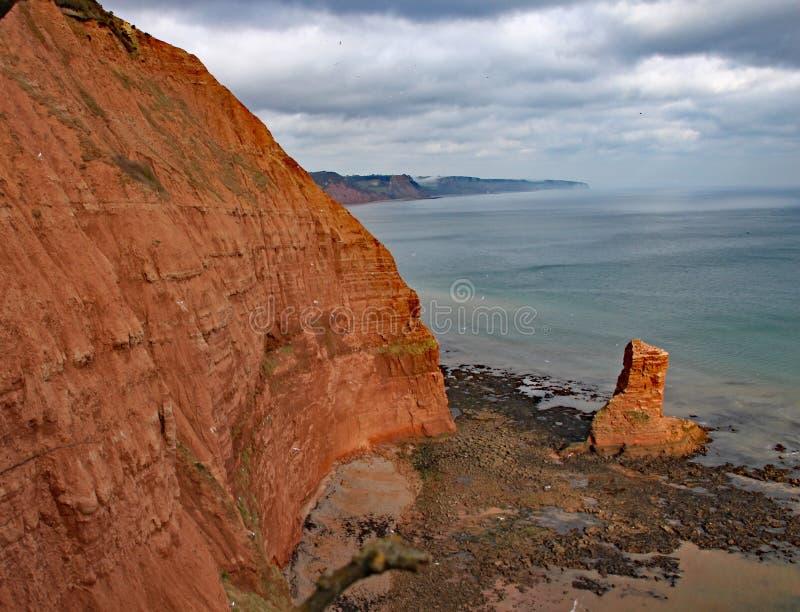 Piaskowcowa denna sterta przy Ladram zatoką blisko Sidmouth, Devon Część południowa zachodnia nabrzeżna ścieżka obraz royalty free