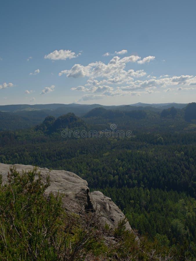 Piaskowcowy szczyt w popularnym naturalnym parku Niewygładzony skalisty teren obrazy royalty free