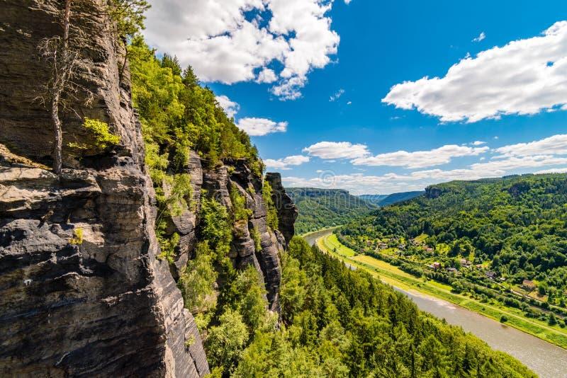 Piaskowiec góruje wzdłuż Elbe rzecznej doliny, czecha piaskowcowy region, czech Szwajcaria, republika czech fotografia stock