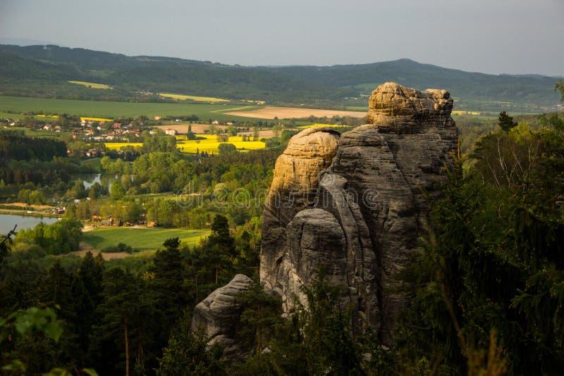 Piaskowiec skała - przyrodni cień i słońce fotografia royalty free