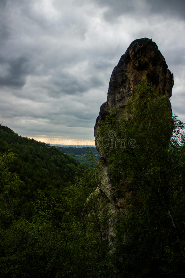 Piaskowiec skała z chmurami zdjęcie stock