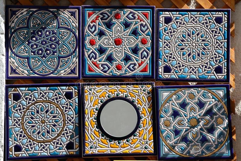 Piastrelle di ceramica dipinte a mano decorative da vendere. fotografie stock libere da diritti
