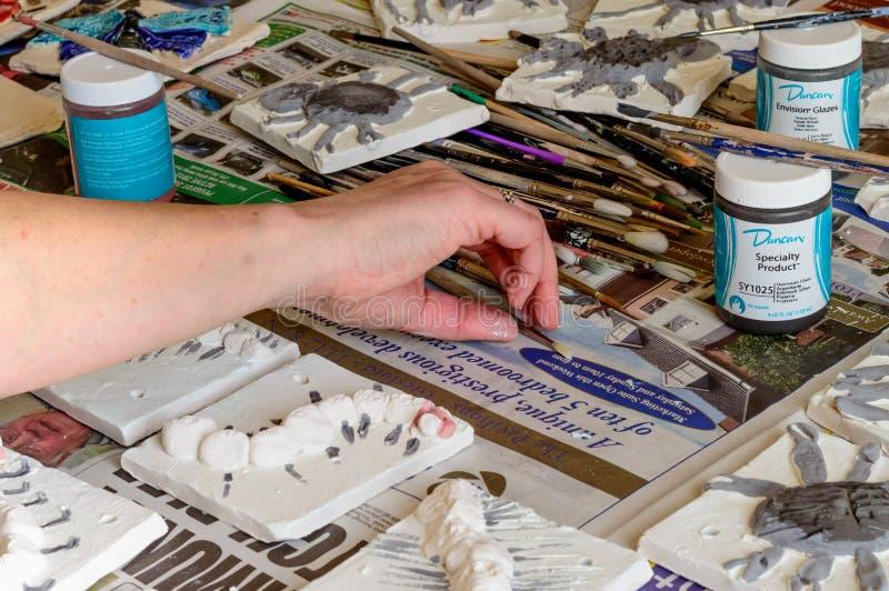 Piastrelle di ceramica durante il processo di verniciatura immagine stock