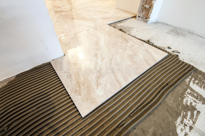 Piastrelle di ceramica e strumenti per il piastrellista installazione delle piastrelle per - Piastrellista prezzi ...