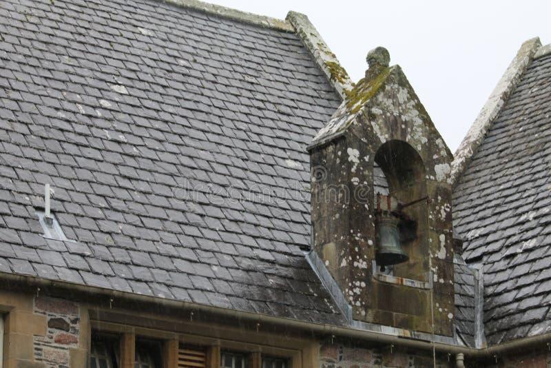 Piastrelle di pietra del tetto di una vecchia chiesa fotografia stock