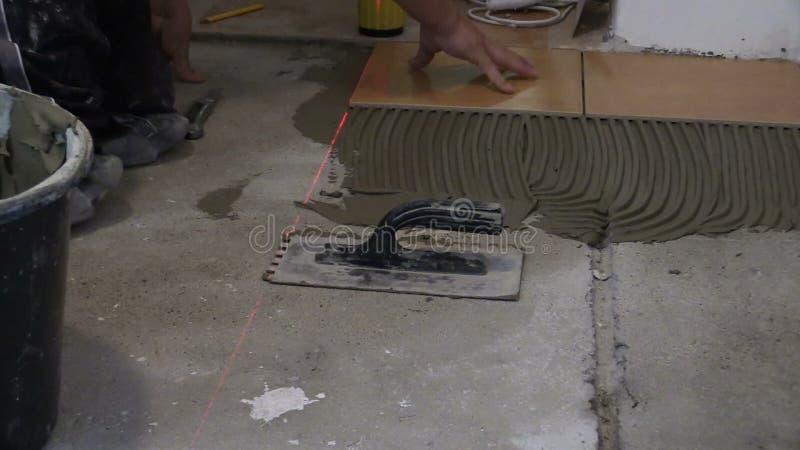 Piastrelle per pavimento ceramiche poste uomo del lavoratore in