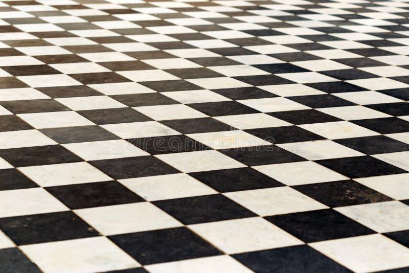 Piastrelle per pavimento su una scacchiera la prospettiva for Pavimento bianco e nero