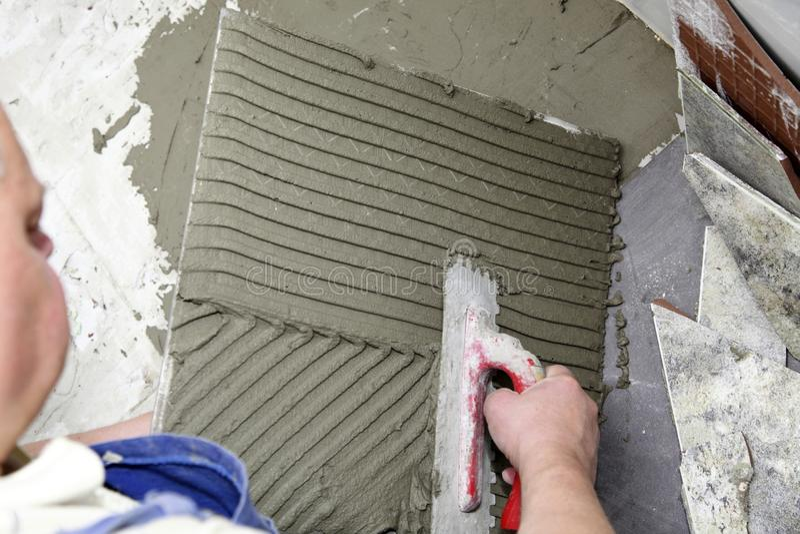 Piastrellista a legame del lavoro dell 39 adesivo della piastrella per pavimento immagine stock - Lavoro per piastrellista ...