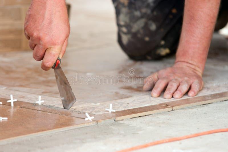 Piastrellista sul lavoro immagine stock immagine di dell 16263659 - Offerte di lavoro piastrellista ...