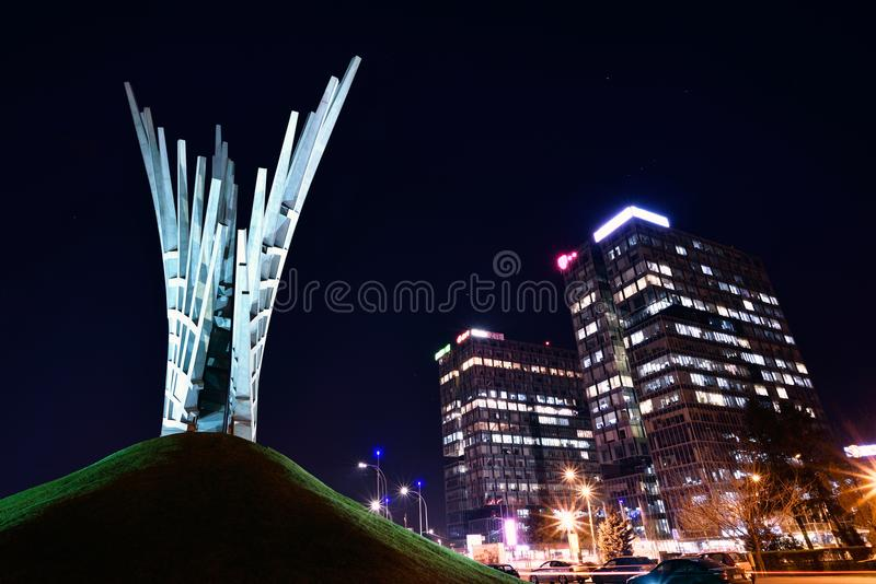 Piata Presei和双塔大厦在布加勒斯特,夜场面 免版税库存图片