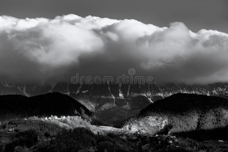 Piatra Craiului massiv på soluppgång i Transylvania berg Rumänien royaltyfri bild