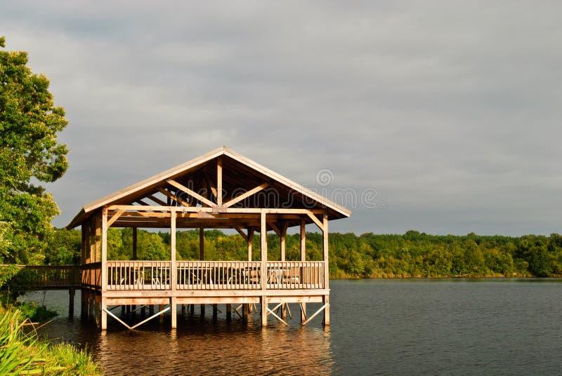 Piattaforma coperta sul lago fotografia stock