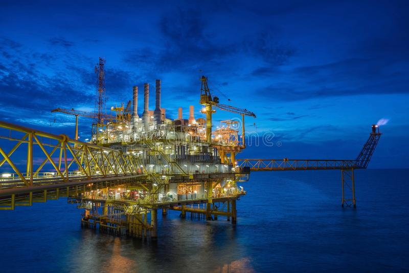 Piattaforma d'elaborazione centrale del gas e del petrolio marino nel golfo del Siam fotografia stock